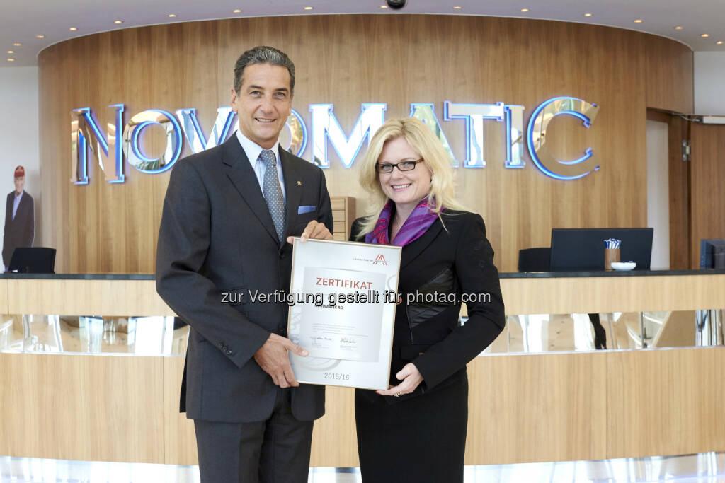 Harald Neumann (Novomatic-Vorstandsvorsitzender), Monica Rintersbacher (Leitbetriebe Austria-GF) : Novomatic erhält Leitbetriebe Austria-Zertifikat : © Sabine Klimt, © Aussendung (07.10.2015)