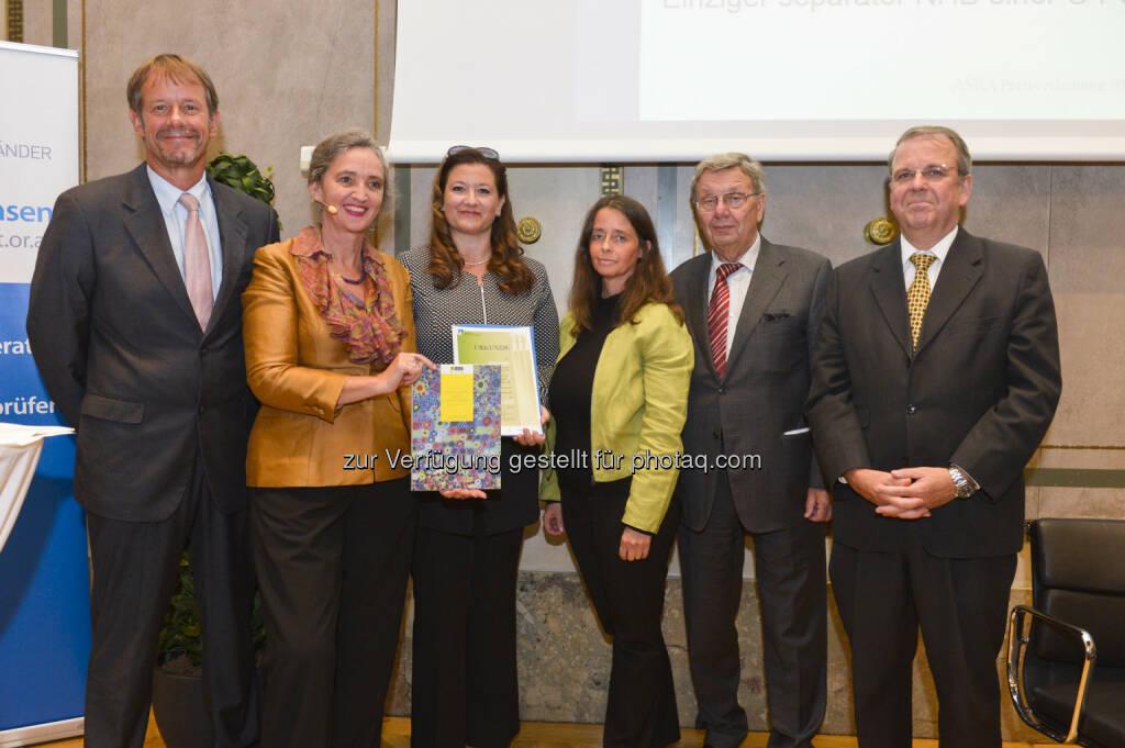 Wolfram Tertschnig (bmlfuw), Christine Jasch (Leitung der Asra-Jury), Andrea Sihn-Weber (RZB), Anita Lang (RZB), Jakob Schmalzl (Kammer der Wirtschaftstreuhänder), Michael Schober (Institut Österreichischer Wirtschaftsprüfer) : RZB-Gruppe und Valida Vorsorge Management beim Austrian Sustainability Reporting Award 2015 ausgezeichnet : Fotocredit: KWT / Robert Herbst, POV, © Aussendung (08.10.2015)