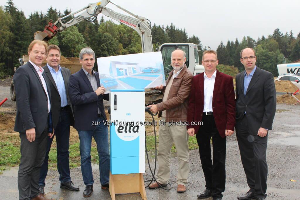 Andreas Dangl (W.E.B. und  Ella-Vorstand), Frank Dumeier (W.E.B-Vorstand), Michael Trcka (W.E.B-Vorstand), Fritz Herzog (Ella-Aufsichtsrat),  Josef Schweighofer (W.E.B-Aufsichtsrat), Stefan Bauer (W.E.B-Aufsichtsrat) : Spatenstich für die größte und modernste Betriebsladestelle Österreichs in Pfaffenschlag : Fotocredit: WEB Windenergie AG, © Aussendung (08.10.2015)