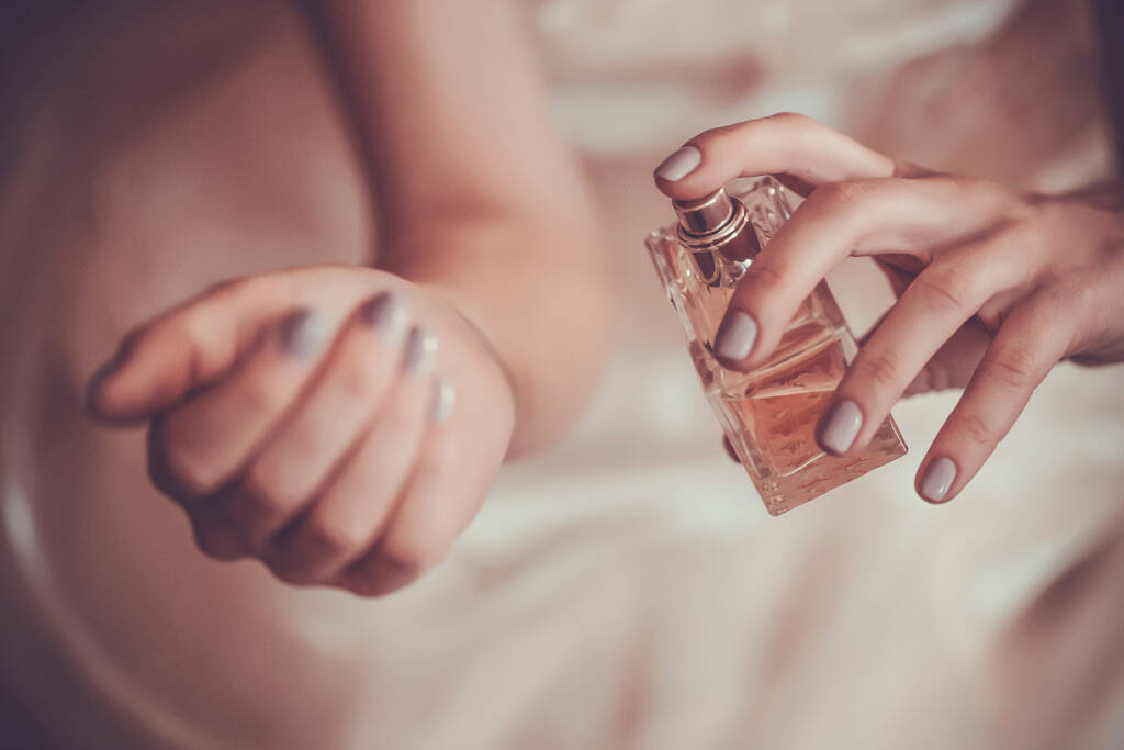 Parfum, Duft, http://www.shutterstock.com/de/pic-221862415/stock-photo-bride-applying-perfume-on-her-wrist.html, © www.shutterstock.com (09.10.2015)