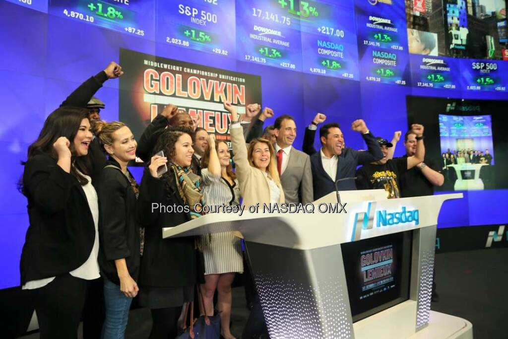 #goldenboy Oscar De La Hoya and Bernard The Alien Hopkins ring the Nasdaq Opening Bell to celebrate #GolovkinLemieux on HBO!  Source: http://facebook.com/NASDAQ (18.10.2015)