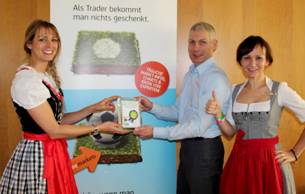 Smeil Award 2015 Corporate Sieger Deutschland: Den Pokal übergab Medienpartnerin Nina Bergmann (finanzen.at / Springer) in den Räumlichkeiten von onemarkets in München an Richard Pfadenhauer und Tanja Winne , © Aussendung (19.10.2015)