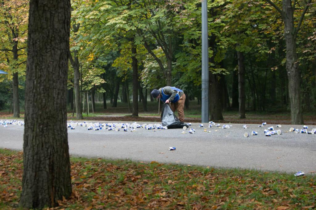 LCC Herbstmarathon 2015, Becher einsammeln, © Martina Draper (19.10.2015)