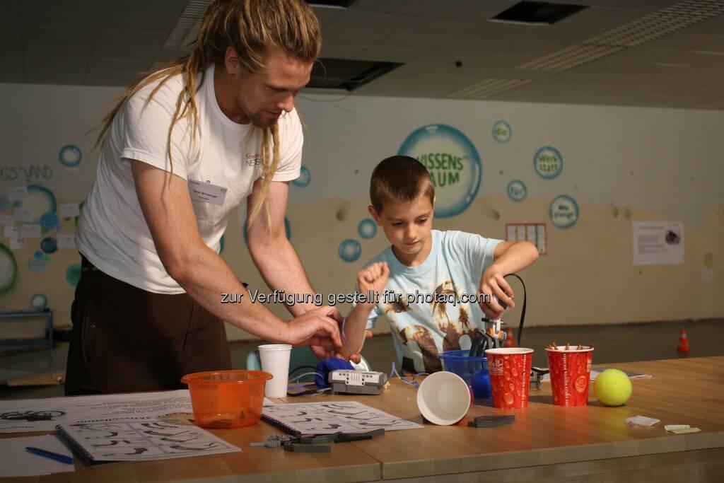 Experimentieren mit einer Roboterhand : Wissensraum öffnet in Hernals : Experimentieren und Kreativität erhalten neue Impulse : Fotocredit: Verein ScienceCenter-Netzwerk, © Aussender (19.10.2015)