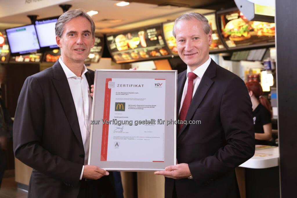 Andreas Schmidlechner (McDonald's Österreich-Geschäftsführer), Stefan Haas (TÜV Austria-CEO) : Gelebte Energieeffizienz: TÜV Austria zertifiziert McDonald's Österreich für Energie-Managementsystem EN ISO 50001 :  Fotocredit: Andreas Amsüss, TÜV Austria, © Aussendung (19.10.2015)