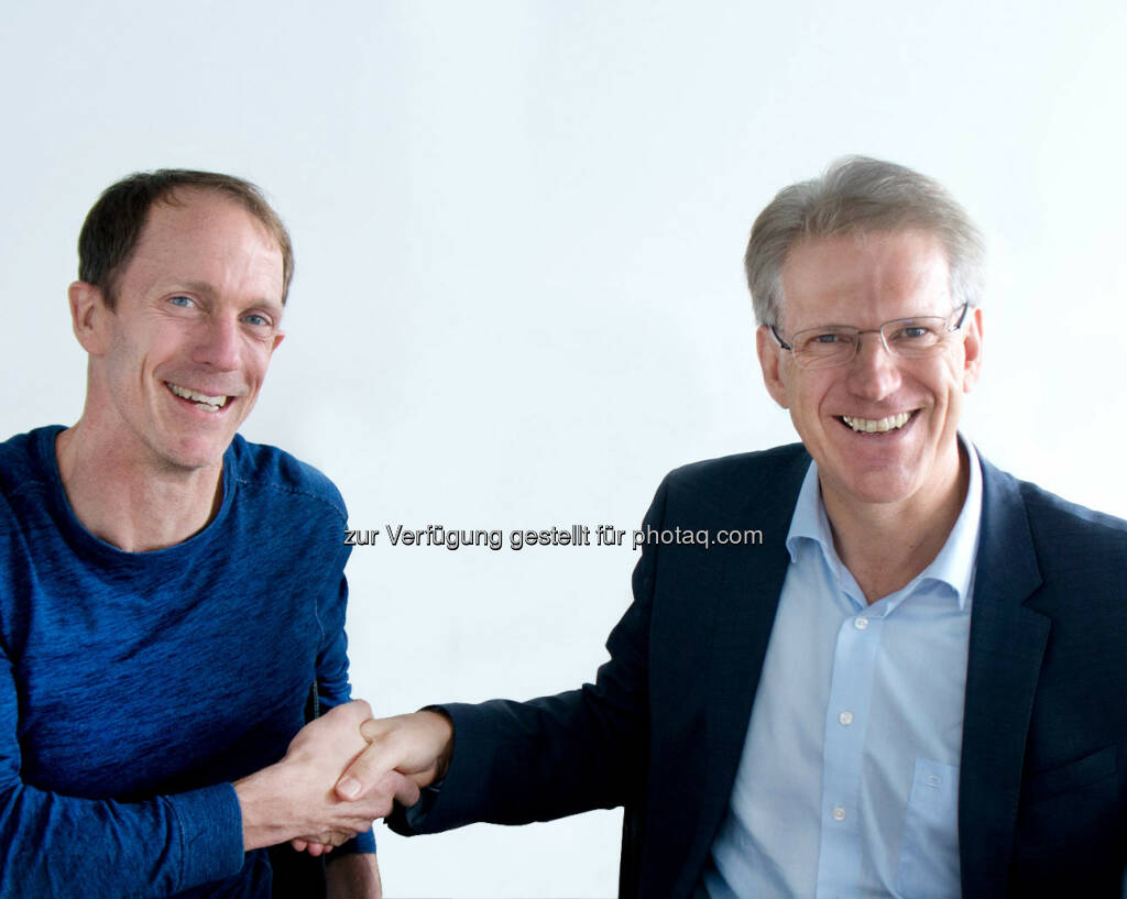 """Eric Liedtke (Markenvorstand der adidas AG), Dieter Manz (CEO der Manz AG) : Die Manz AG hat mit der adidas AG einen Kooperationsvertrag im Rahmen der adidas """"Speedfactory"""" Initiative unterzeichnet. Der Vertragsabschluss baut auf die erfolgreiche Entwicklung einer neuen  automatisierten Fertigungstechnologie für Sportartikel auf. Im Rahmen dieser Kooperation soll die Technologie in so genannten """"Speedfactories"""" zunächst in Deutschland und den USA und schließlich weltweit eingesetzt werden : (c) Manz AG, © Aussendung (20.10.2015)"""