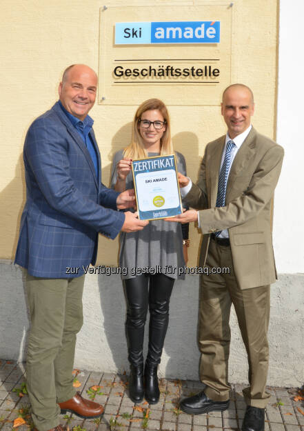 Christoph Eisinger (Ski amadé Managing Director), Simone Gruber-Hofer (Ski amadé Marketing), Jürgen Molner (Superbrand Austria) : Ski amadé ist von der Markenbewertungsgesellschaft Superbrands als Superbrand Austria 2015-2016 ausgezeichnet worden : Fotocredit: Ski amadé, © Aussendung (28.10.2015)
