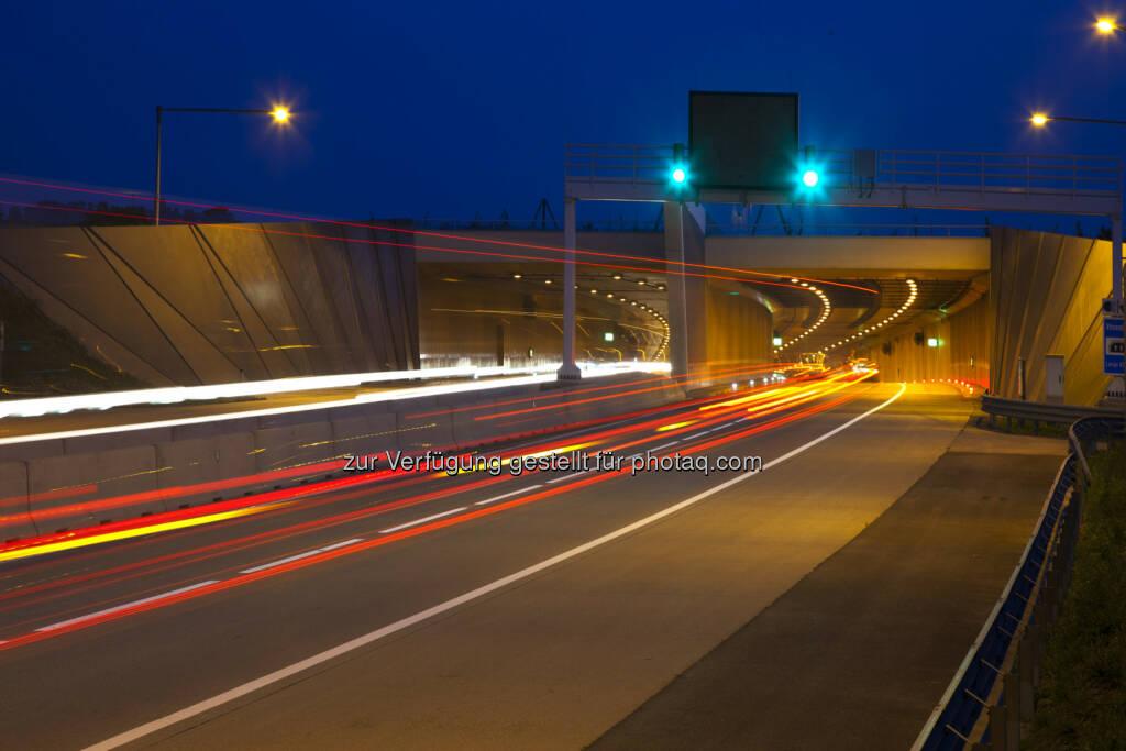 Porr: Das - an der Auftragssumme gemessen - bedeutendste Vorhaben ist die Verlängerung der Autobahn A5, gleichzeitig das aktuell größte Infrastrukturprojekt der Asfinag. Eine Arbeitsgemeinschaft (ARGE) erhielt hier den Zuschlag für das Baulos 3 der A5 Nord/Weinviertel Autobahn. Dieses Baulos umfasst die Herstellung von rund 10 km Autobahn zwischen den Anschlussstellen Schrick und Wilfersdorf Nord sowie eines Verkehrskontrollplatzes. Die Auftragssumme beläuft sich auf rund EUR 66,4 Mio., die Bauzeit wird drei Jahre betragen. (Bild: Porr, S1, Wiener Aussenring Schnellstrasse), © Aussendung (29.10.2015)