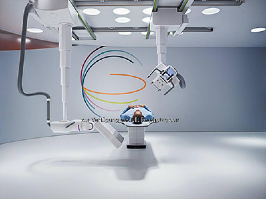 Siemens Healthcare präsentiert erstes Roboter-basiertes Röntgenssystem : Multitom Rax begründet eine neue Kategorie in der medizinischen Bildgebung dank verschiedenster Untersuchungsmöglichkeiten in Radiographie, Orthopädie, Angiographie, Fluoroskopie und zur Bildgebung in der Notfallmedizin : Roboterarme für exakte Positionierung von Röhre und Detektor, die erstmals 3D-Röntgenaufnahmen aller Körperregionen unter natürlicher Gewichtsbelastung möglich machen : © Siemens AG, © Aussender (29.10.2015)