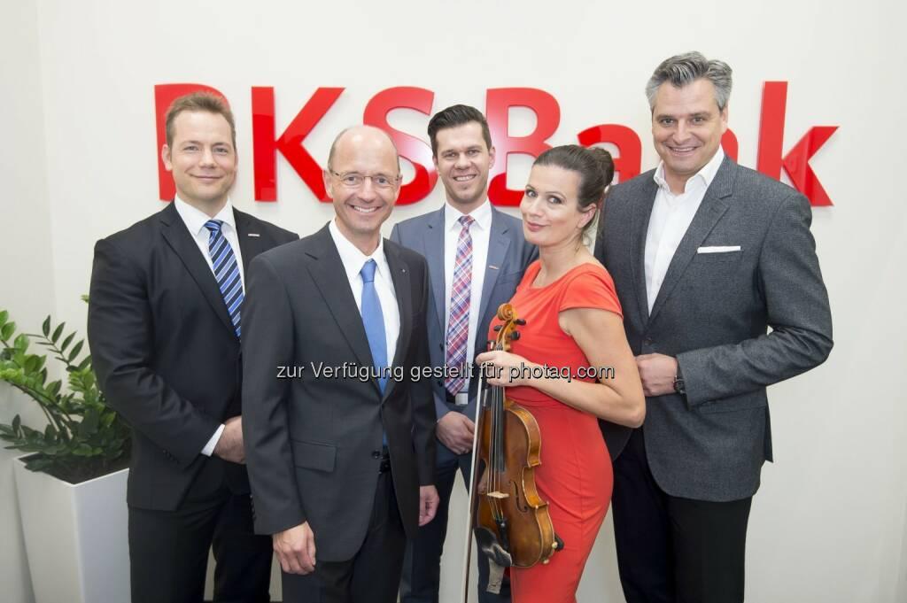 Martin Gratzer (Leiter der BKS Bank-Direktion Wien-Niederösterreich-Burgenland), Wolfgang Mandl (BKS Bank-Vorstandsmitglied), Rainer Maierhofer (Filialleiter), Barbara Helfgott (Stargeigerin), Dorian Steidl (Moderator) : BKS Bank eröffnete barrierefreie Filiale im 3. Wiener Gemeindebezirk :  Fotocredit: BKS Bank/APA-Fotoservice/Hörmandinger, © Aussendung (30.10.2015)