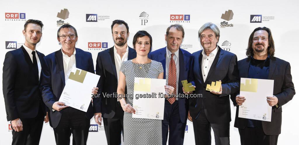 Michael Wallner (Brau Union Österreich), Andreas Stieber (Brau Union Österreich), Michael Donhofer (Starcom), Johanna Knaus (McCann), Markus Liebl (Brau Union Österreich), Christof Sigel, Dieter Pivrnec (McCann) : Gösser kracherlt in der Werbebranche: Für die Früher hätt's das nicht gegeben! Kampagne für Österreichs erstes Bierkracherl wurde Gösser mit dem effie award in Gold, dem bedeutendsten österreichischen Werbepreis, ausgezeichnet : Fotocredit: Thomas Jantzen, © Aussendung (02.11.2015)