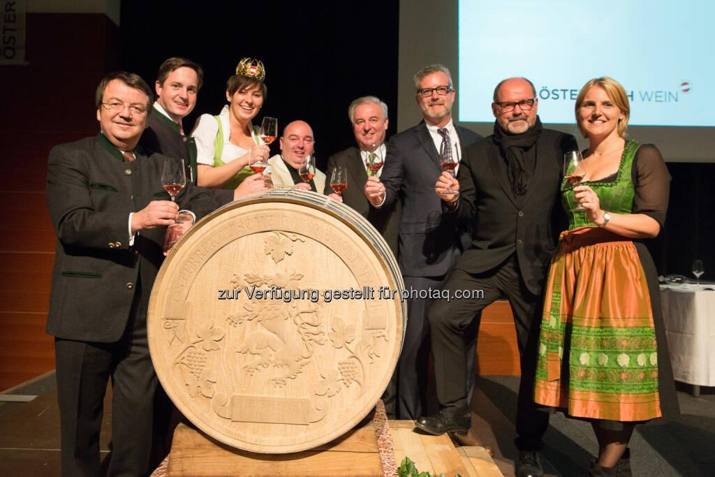 Willi Klinger (GF ÖWM), Johannes Schmuckenschlager (Präsident Österreichischer Weinbauverband), Katharina Putz (Bundesweinkönigin), Franz Brei (Pfarrer), Hermann Schützenhöfer (LH Steiermark), Gus Vahlkamp (für The Slanted Door, Bacchuspreisträger 2015), August Schmölzer (Bacchuspreisträger 2015), Birgit Perl (Moderatorin) : Verleihung Bacchuspreis 2015 und Taufe des Weinjahrgangs 2015 in Lannach im Westen der Steiermark : © ÖWM/ Anna Stöcher, © Aussendung (04.11.2015)