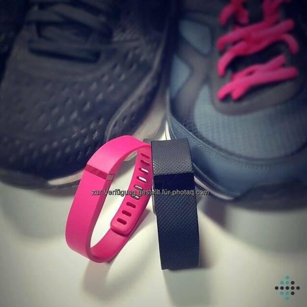 Passt ihr euren #Fitbit-Tracker an eure Laufschuhe an? Wie sieht euer liebstes #Sportoutfit aus? #fashionfit  Source: http://facebook.com/FitbitDE, © Aussendung (08.11.2015)