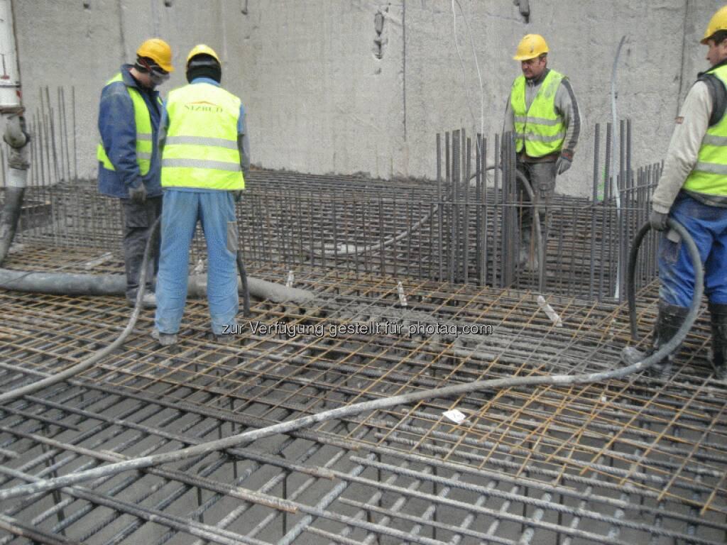 Der Untergrund wird zunächst geebnet und eine ca. 10 cm dicke Grundbetonschicht eingebaut. Darauf wird eine Abdichtungslage ausgelegt, anschließend die Bewehrung aus Baustahlstäben hergestellt und der Beton 1,40 m hoch gegossen - Immofinanz, © Immofinanz (26.03.2013)