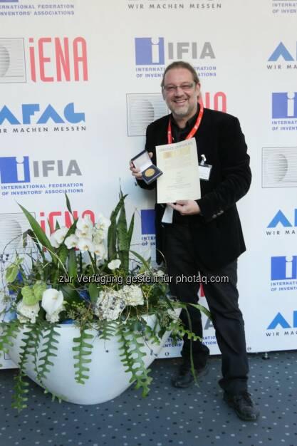 Robert Fara (Marketingleiter) : Goldmedaille für Nugenis auf der weltweit bedeutendsten Erfindermesse iENA 2015 in Nürnberg : Das Nahrungsergänzungsmittel - EBP® Epigenetic Brain Protector- ist das innovativste Produkt : Fotocredit: Fara/Zellner, © Aussendung (10.11.2015)