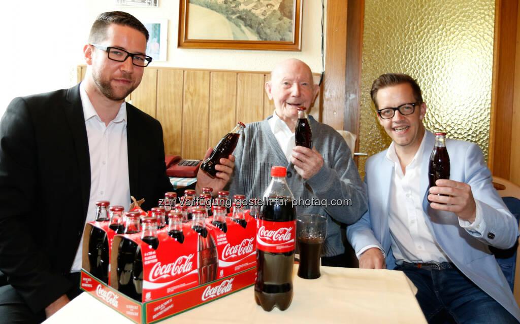"""Andreas Steinwidder (Coca-Cola Hellenic), Michael Stiegler, Gernot Esser (Bgm. Pöls) : 100 jähriger Steirer trinkt täglich Coca-Cola als Jugendelexier : Michael Stiegler aus dem Pöls in der Steiermark feiert heuer seinen 100. Geburtstag und erfreut sich bester Gesundheit Sein Geheimnis: """"Ein Glas Coca-Cola täglich!"""" so der rüstige Jubilar aus dem Murtal, seit Jahrzehnten schwört er auf die belebende Wirkung seines Lieblingsgetränks. Zu seinem runden Geburtstag bekam der Jubilar von Coca-Cola Österreich 100 Flaschen Coca-Cola überreicht : © Coca-Cola, © Aussendung (13.11.2015)"""