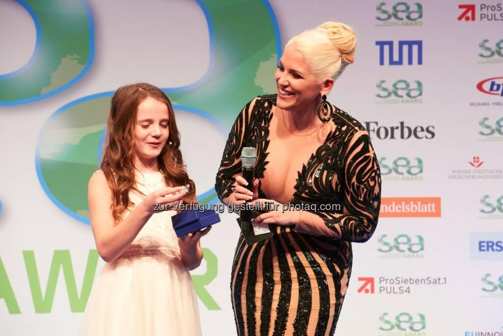 "Amira Willighagen, Gewinnerin der Fernsehshow ""Holland´s Got Talent"", mit SEA-Gründerin Christina Weidinger beim SEA-Award, © Aussendung (13.11.2015)"