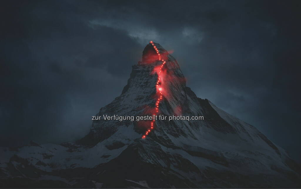 Matterhorn calling : Mammut gewinnt beim PR-Bild Award von news aktuell nicht nur den 1. Platz in der Kategorie Unternehmenskommunikation, sondern das Kampagnenbild Matterhorn calling wurde auch zum PR-Bild des Jahres 2015 gekürt : Das Bild wurde von der Agentur ErdmannPeisker konzipiert und vom Schweizer Bergsportfotografen Robert Bösch festgehalten. Die Lichtpunkte stammten von im Vorfeld installierten Lampen sowie von Stirnlampen zahlreicher Bergsteiger (Zermatter Bergführer und Mammut Mitarbeiter) : Fotocredit: obs/Mammut/Robert Bösch/erdmannpeisker, © Aussendung (13.11.2015)