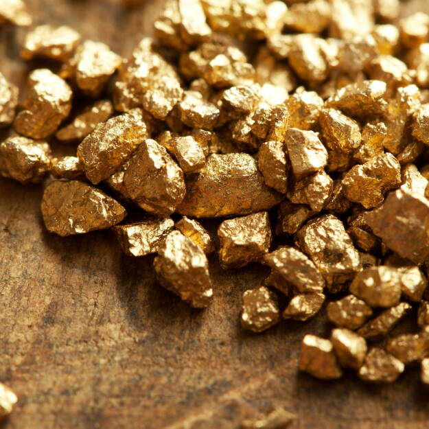 Gold, Nuggets http://www.shutterstock.com/de/pic-115609993/stock-photo-a-mound-of-gold-on-a-old-wooden-work-table.html, © www.shutterstock.com (20.11.2015)