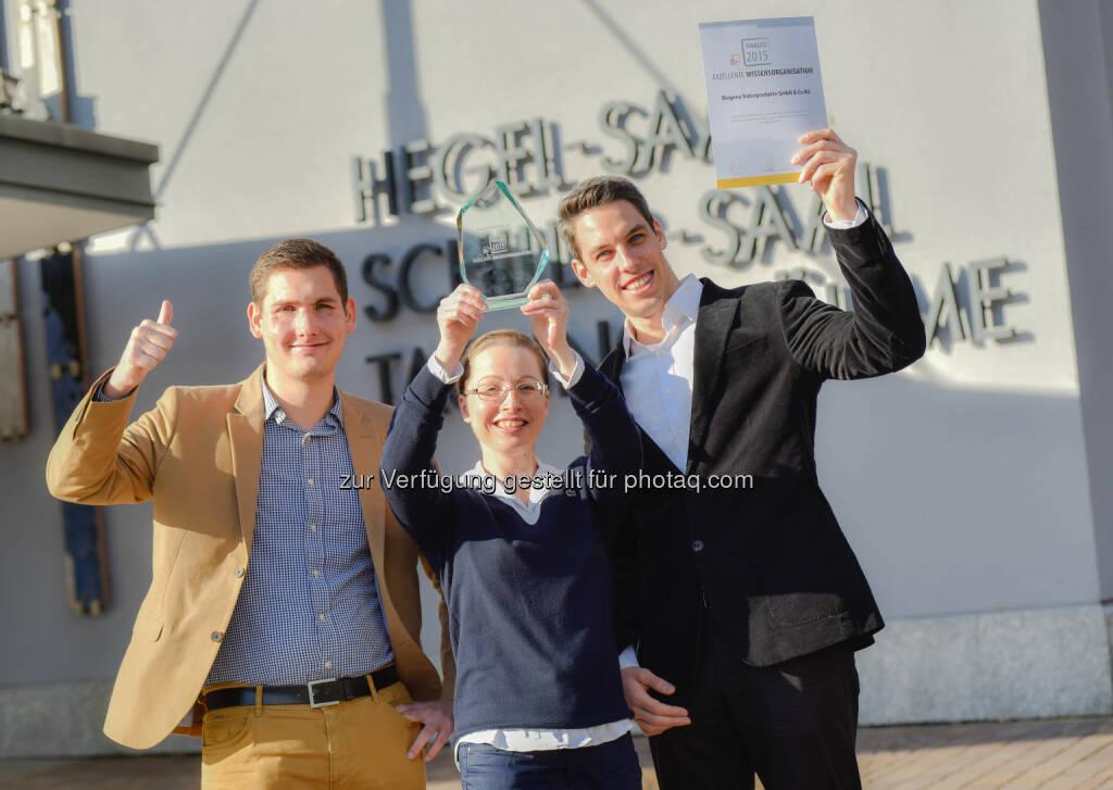 """Bruno Petrovic (Ltr. Operationsmanagement, Qualitätsmanagement und IT, CSR-Verantwortlicher, Co-GF Biogena), Daniela Toure-Demmerer (Ltr. Wissensmanagement, Informationsmanagement), Georg Hofstätter (Stellv. Ltr.  Wissensmanagement, Informationsmanagement) : 11. Stuttgarter Wissensmanagement-Tagen 2015 : Biogena ist Finalist für den Award """"exzellente Wissensorganisation"""" : Fotocredit: Biogena/Weingartner, © Aussendung (24.11.2015)"""