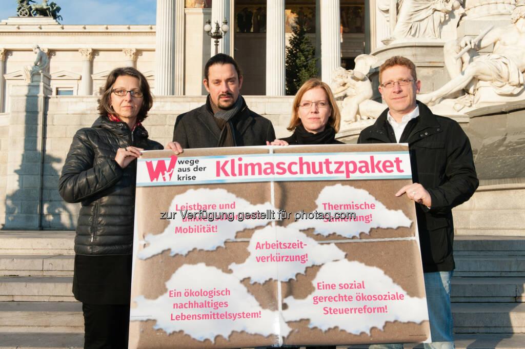 """Alexandra Strickner (Attac), Adam Pawloff (Greenpeace), Leonore Gewessler (GF Global 2000), Bernhard Achitz (Leitender Sekretär ÖGB) : ÖGB & NGOs fordern Klimaschutzpaket für Österreich : """"Klimakrise und steigende Arbeitslosigkeit gemeinsam bekämpfen"""" : Credit: GLOBAL 2000/ Christoph Liebentritt, © Aussender (25.11.2015)"""