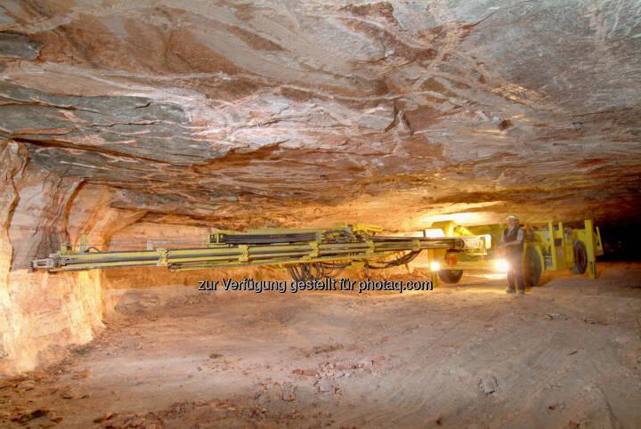 Kali Gewinnung K+S Die Gewinnung der natürlichen Rohsalze erfolgt durch Sprengung. Computergesteuerte Bohrwagen treiben mit höchster Präzision Löcher in das Gestein, die anschliessend mit Sprengstoff befüllt werden. (Bild: K+S http://www.k-plus-s.com/de/fotoalbum/kalibergbau.html?i=7 )