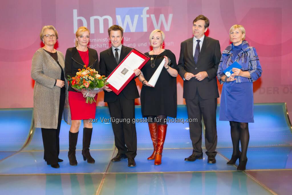 "Susanne Senft (Prva-Präsidentin), Karin Czihak (ÖBB Holding AG), Franz Hammerschmid (ÖBB Holding AG), Kristin Hanusch-Linser (ÖBB Holding AG), Matthias Tschirf (BMWFW), Ingrid Vogl (Prva-Past-Präsidentin): Prva Public Relations Verband Austria: Prva Gala: Staatspreis PR geht an ÖBB für das Projekt ""Eröffnung Wien Hauptbahnhof"" (C) Jana Madzigon, © Aussendung (27.11.2015)"