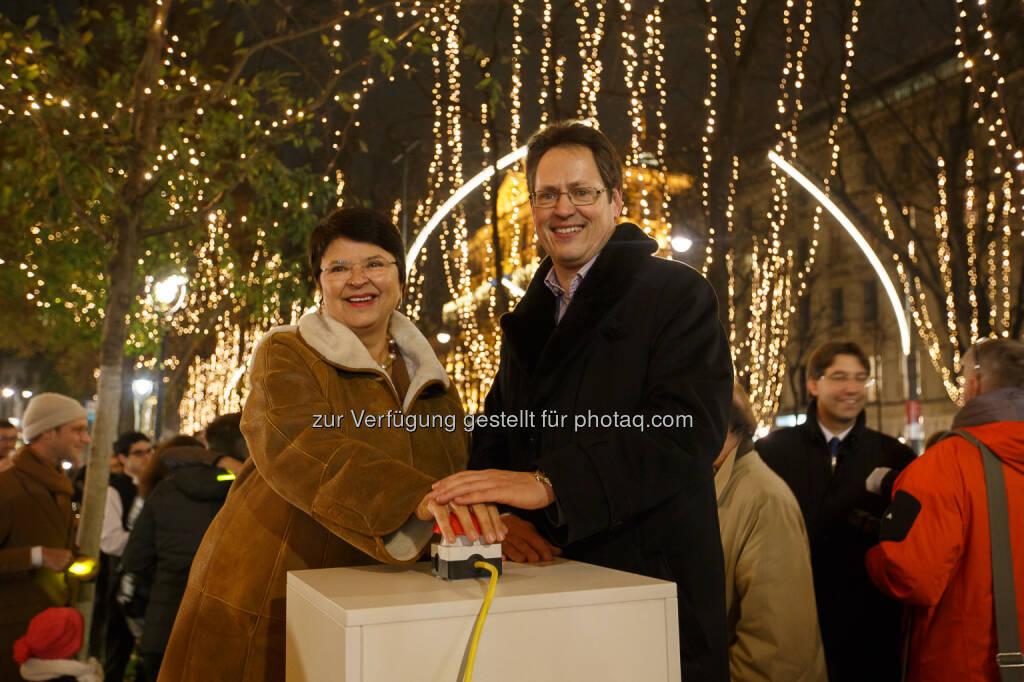 Renate Brauner (Wirtschaftsstadträtin), Rainer Trefelik (Obmann Sparte Handel Wirtschaftskammer Wien)   Wiener Ringstraße leuchtet zum ersten Mal weihnachtlich   Fotocredit Florian Wieser (27.11.2015)