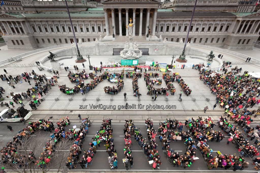 Wien: 2000 demonstrieren für System Change, not Climate Change! :  Climate March fordert Klimagerechtigkeit und angemessene Lösungen in der Klimapolitik : Fotocredit: System Change, not Climate Change/Kobal, © Aussender (29.11.2015)
