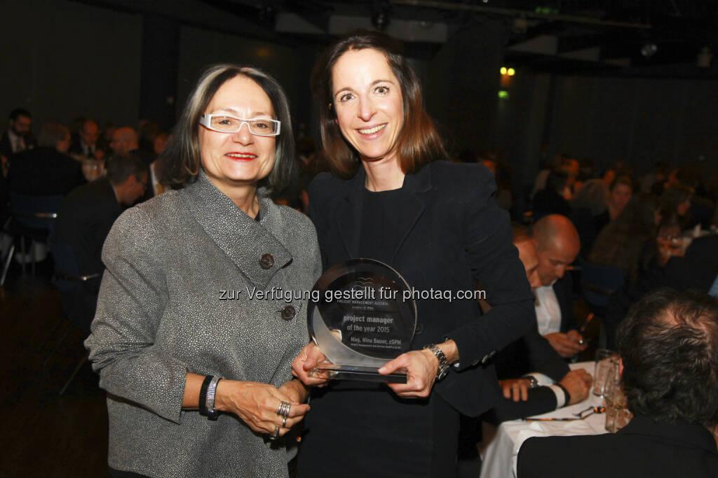 """Brigitte Schaden (pma Vorstandsvorsitzende), Nina Bauer (Projektmanagerin bei Vamed) : Projekt Management Austria (pma) : Zum """"project manager of the year 2015"""" wurde Nina Bauer von Vamed gewählt : Fotocredit: pma/Mayr, © Aussendung (30.11.2015)"""
