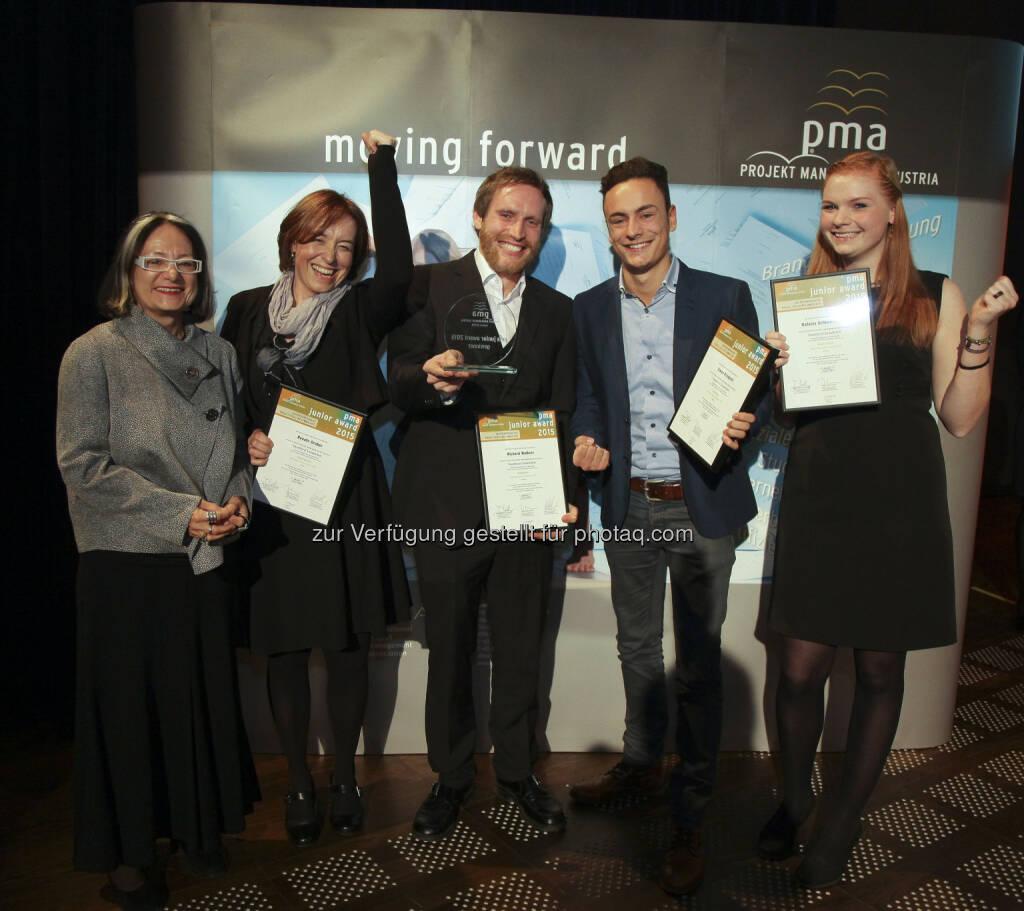 """Brigitte Schaden (Projekt Management Austria/pma Vorstandsvorsitzende), Projektteam des Management Centers Innsbruck : Sieger des pma junior award 2015 mit ihrem eingereichten Projekt """"Traumberuf Sozialarbeit"""" : Fotocredit: pma/Mayr, © Aussendung (30.11.2015)"""
