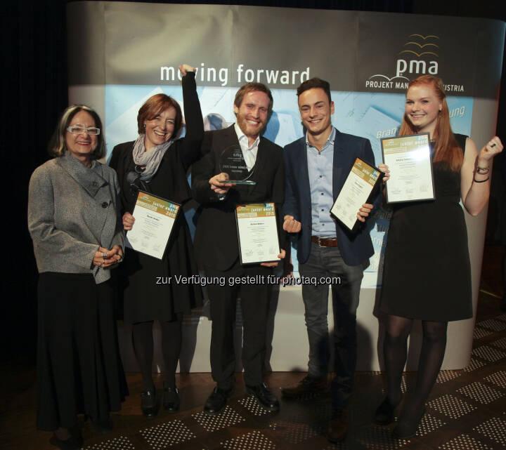 """Brigitte Schaden (Projekt Management Austria/pma Vorstandsvorsitzende), Projektteam des Management Centers Innsbruck : Sieger des pma junior award 2015 mit ihrem eingereichten Projekt """"Traumberuf Sozialarbeit"""" : Fotocredit: pma/Mayr"""