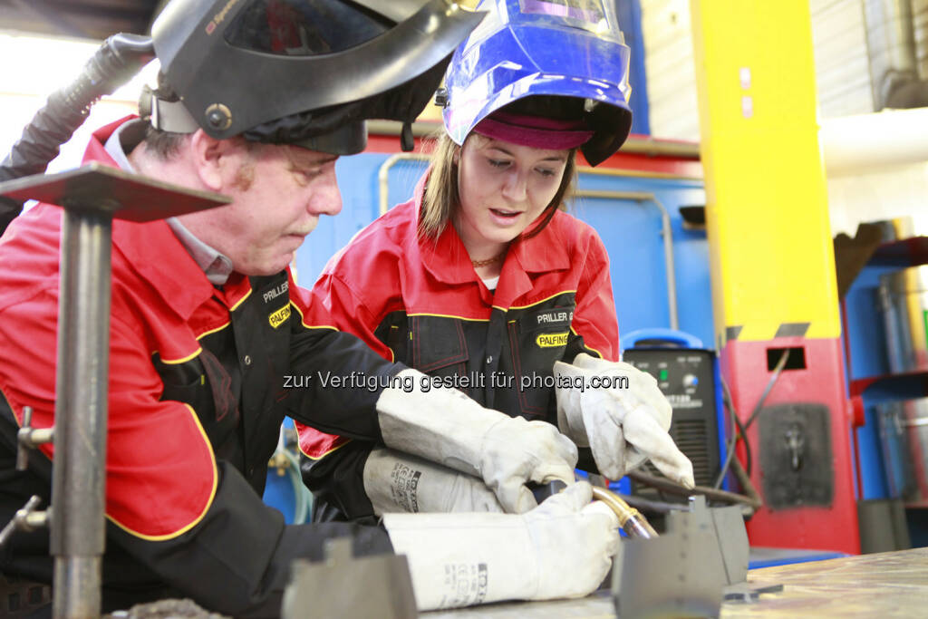 Palfinger Teambuilding: Julia Ganglbauer bekommt noch die letzten Instruktionen, aus http://blog.palfinger.ag/ (28.03.2013)