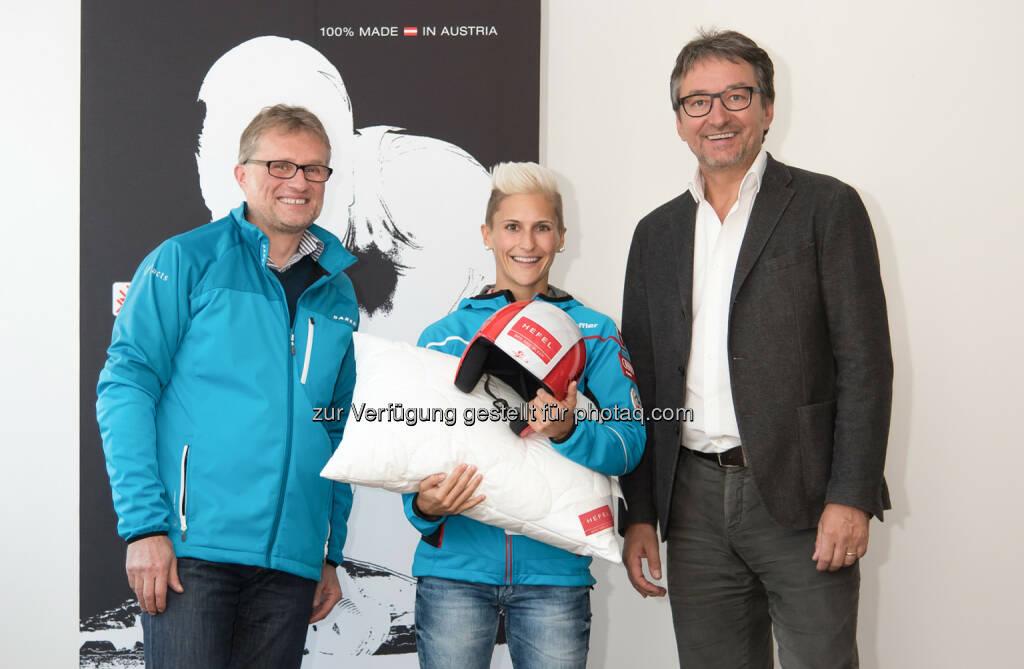 Wolfgang Schwarzmann (Innauer+facts), Eva Pinkelnig, Dietmar Hefel (Hefel Textil) : Hefel Textil ist neuer Kopfsponsor von Skisprungtalent Eva Pinkelnig : Fotocredit: Hefel Textil/Hartmann, © Aussendung (01.12.2015)