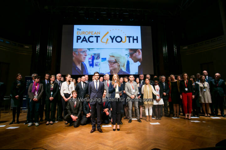 Bridgestone gegen Jugendarbeitslosigkeit : Der Reifenhersteller unterstützt Europäischen Pakt für die Jugend : Am 17. November wurde der Pakt für die Jugend von der Europäischen Kommission und führenden Unternehmen in Brüssel geschlossen, um die Beschäftigung arbeitsloser Jugendlicher anzukurbeln : Fotocredit: Bridgestone