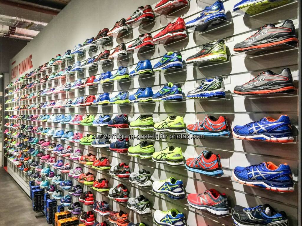 Shoewall im We Move Running Store, Schuhe, Laufschuhe, © We Move Runningstore (09.12.2015)