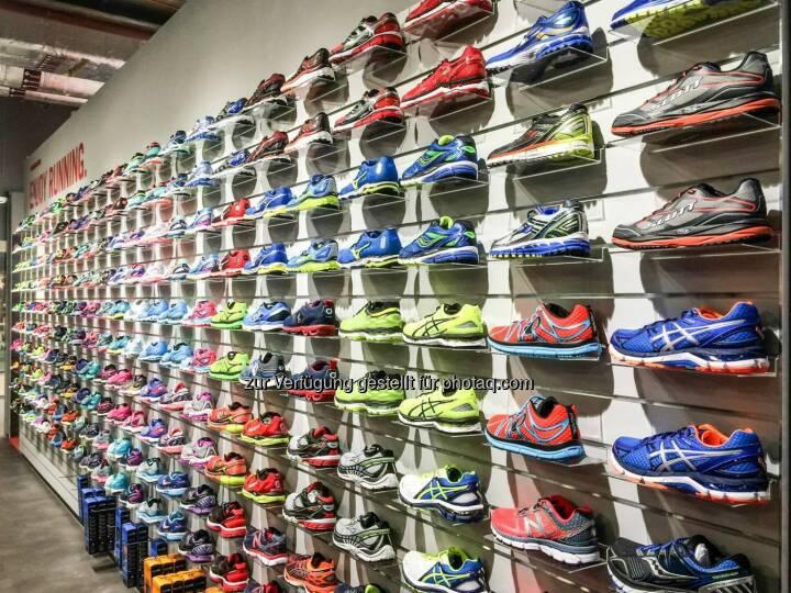 Shoewall im We Move Running Store, Schuhe, Laufschuhe