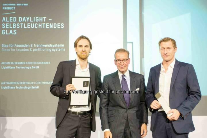 Felix Zabel (Managing Partner LightGlass), Andrej Kupetz (GF Rat für Formgebung), Paul Brettschuh (CEO LightGlass) : Wiener Technologieunternehmen LightGlass mit Iconic Award 2015 als Best of Best ausgezeichnet : Fotocredit: Klaus D. Wolf, www.wolf-bild.de