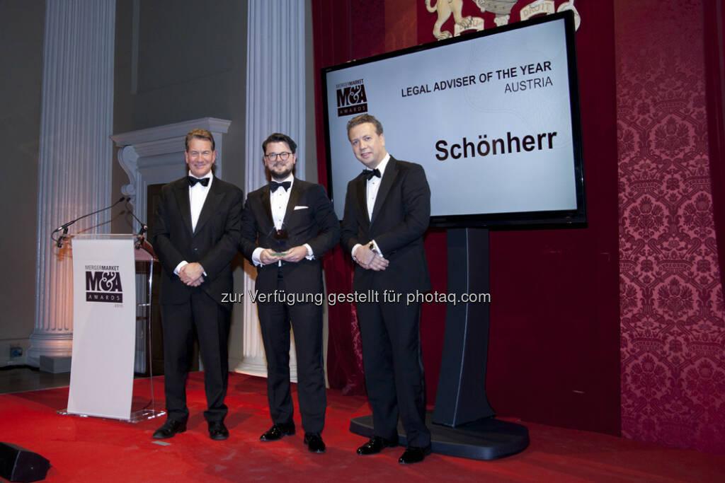Michael Portillo, Thomas Kulnigg, Caspar Huith : Schönherr wurde Anfang der Woche zum zweiten Mal in Folge mit dem European M&A Awards 2015 als M&A-Rechtsanwaltskanzlei des Jahres in Österreich ausgezeichnet : Fotocredit: Schönherr, © Aussendung (10.12.2015)