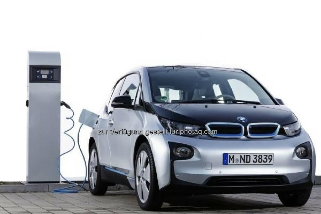 Passt überall dran: Der BMW i3 ist kompatibel mit allen gängigen Ladesäulen weltweit : Bereits >38.000 Ladesäulen in 25 Ländern sind mit der BMW i ChargeNow Kundenkarte verbunden : BMW i führend bei der weltweiten Pilotierung von Ladeinfrastrukturprojekten für Elektrofahrzeuge : © BMW Group, © Aussendung (11.12.2015)