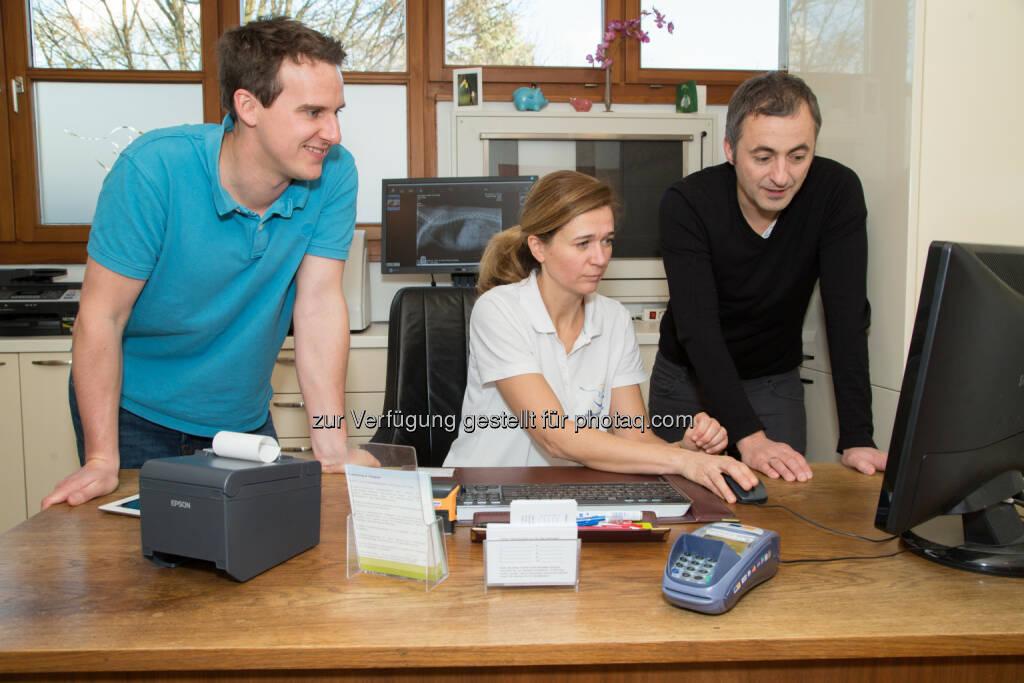 """Wolfgang Steuer (GF Pocketbill), Karen Barker-Benfield (Tierphysio Rodaun), Helmut Chlebecek (GF Pocketbill) : """"Pocketbill"""" ist die unkomplizierte und günstige Antwort auf die Registrierkassenpflicht : Eine Cloud basierte Registrierkassen App für Gesundheitsberufe und andere Dienstleister :  Fotocredit: Pocketbill/Juhasz, © Aussendung (14.12.2015)"""