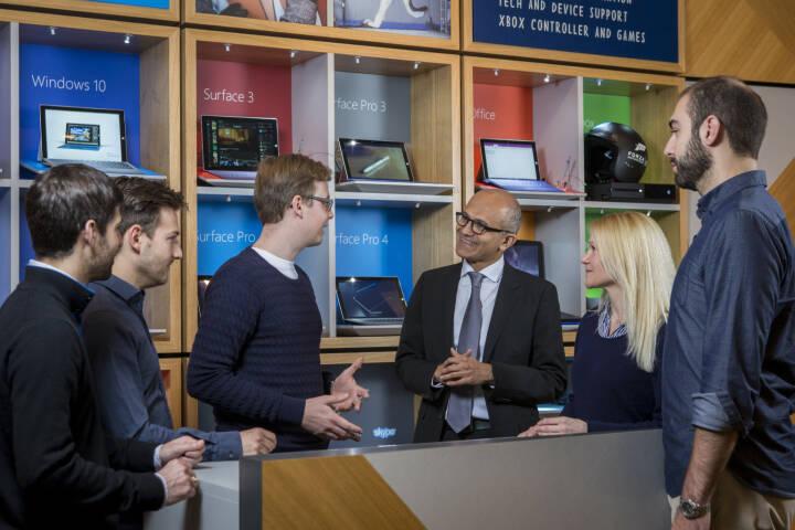 Microsoft CEO Satya Nadella (mi.) mit u.a. Larissa Lielacher © Microsoft