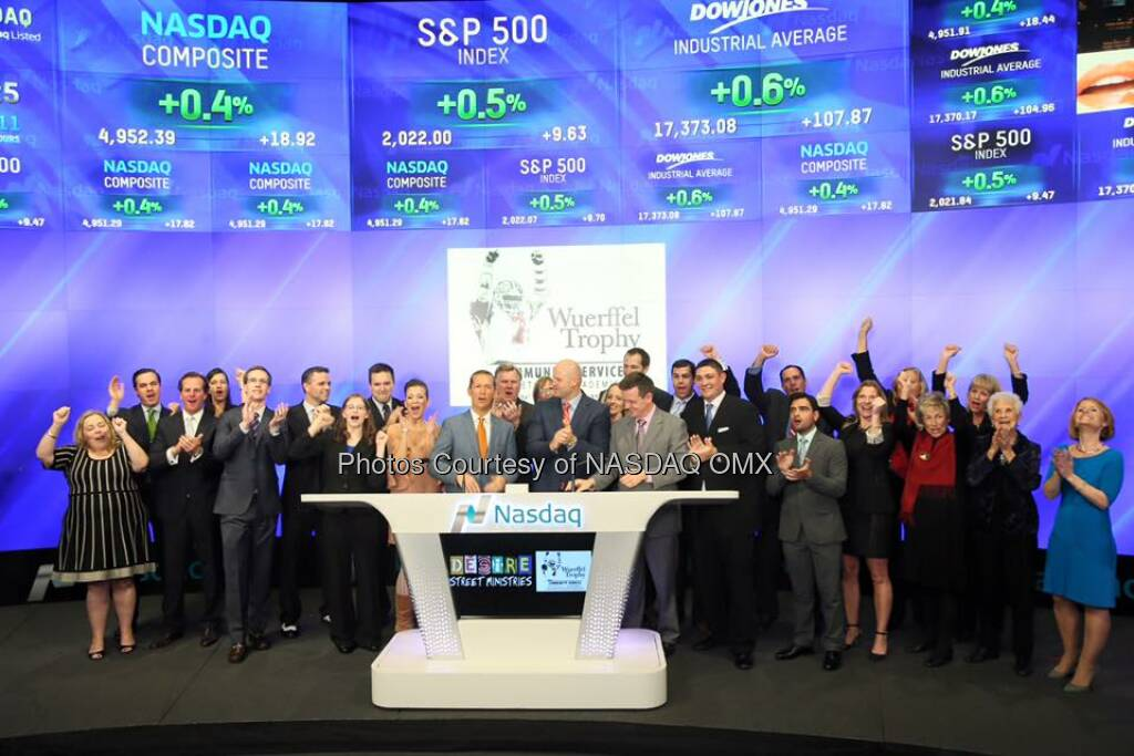 Desire Street Ministries and Wuerffel Trophy ring the Nasdaq Closing Bell!  Source: http://facebook.com/NASDAQ (15.12.2015)