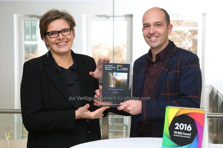 """APA-OTS-Geschäftsführerin Karin Thiller, Thomas Gruber: APA - Austria Presse Agentur: PR-Bild-Award 2015: """"PR-Bild des Jahres"""" für Österreich geht an Thomas Gruber, © APA-Fotoservice/Schedl"""