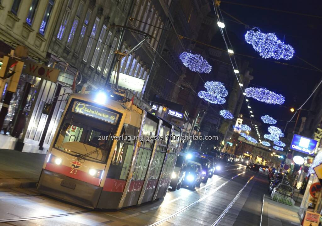 Straßenbahn auf der Währinger Straße : Mit den Öffis zu Weihnachten und Silvester durch Wien : Veränderte Intervalle am 24. Dezember und Extraschichten zum Jahresende : Fotocredit: Wiener Linien / Zinner, © Aussendung (20.12.2015)