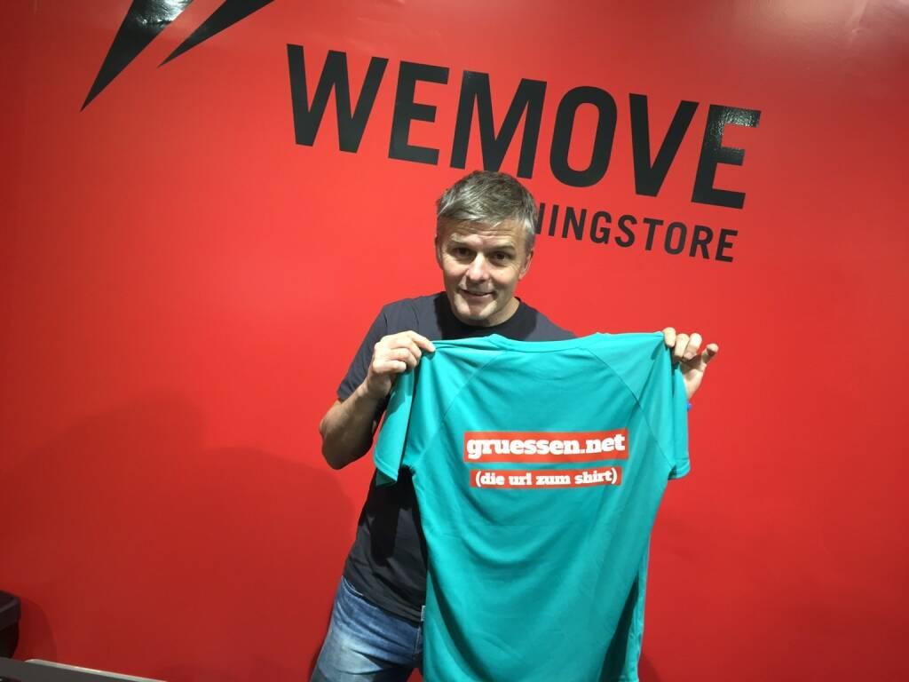 Michael Wernbacher WeMove Runningstore mit dem Shirt von www.gruessen.net . In Kürze wird es das Shirt im WeMove Store auf der Mall in Wien Landstrasse zu 14 Euro in drei Grössen (S, M, L) zu kaufen geben (23.12.2015)
