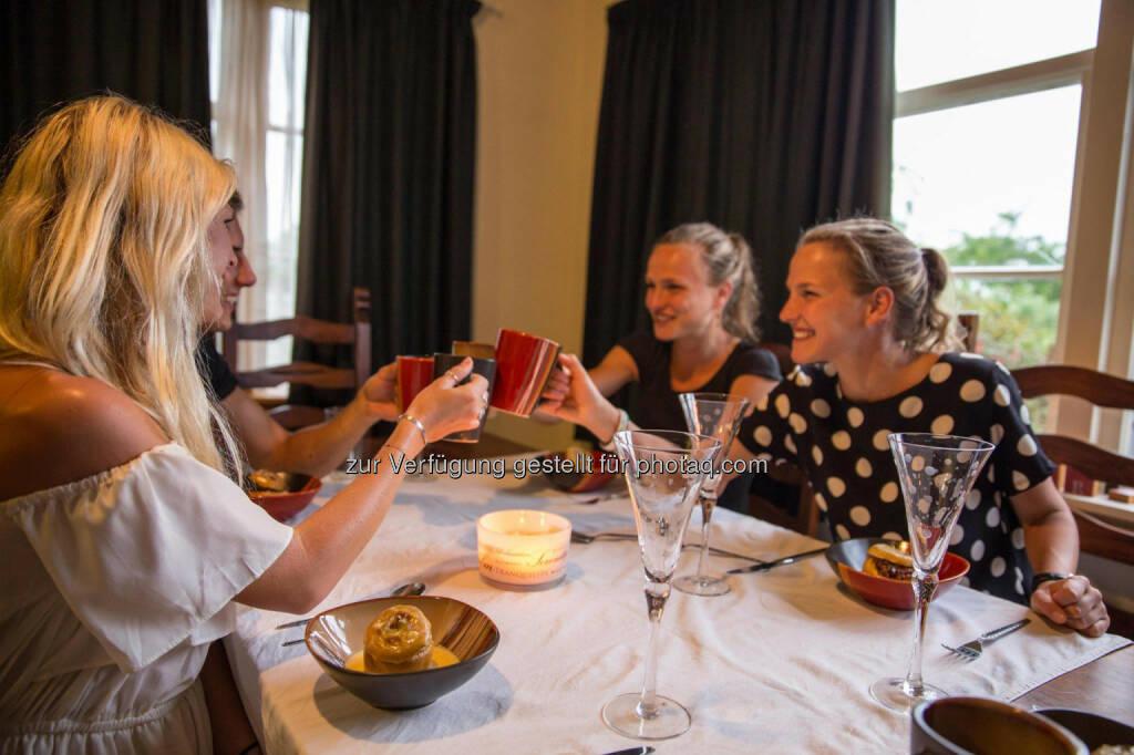 Lisa und Anna Hahner, Prost, Prosit, trinken, Toast, &copy; <a href=