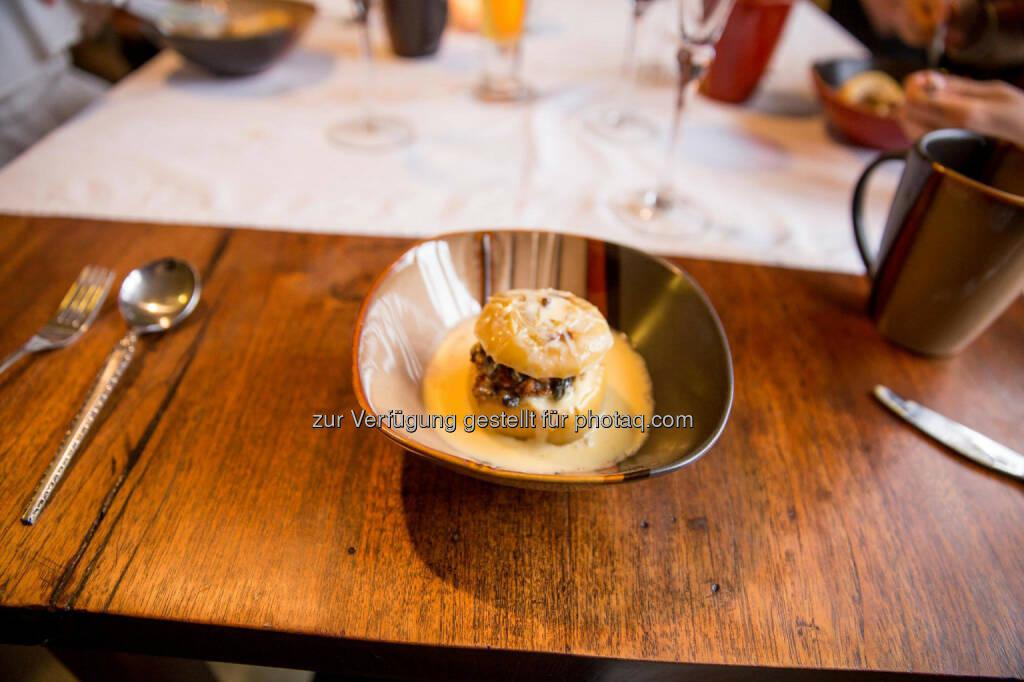 Bratapfel in selbstgemachter Vanillesauce mit homemade Glühwein, &copy; <a href=