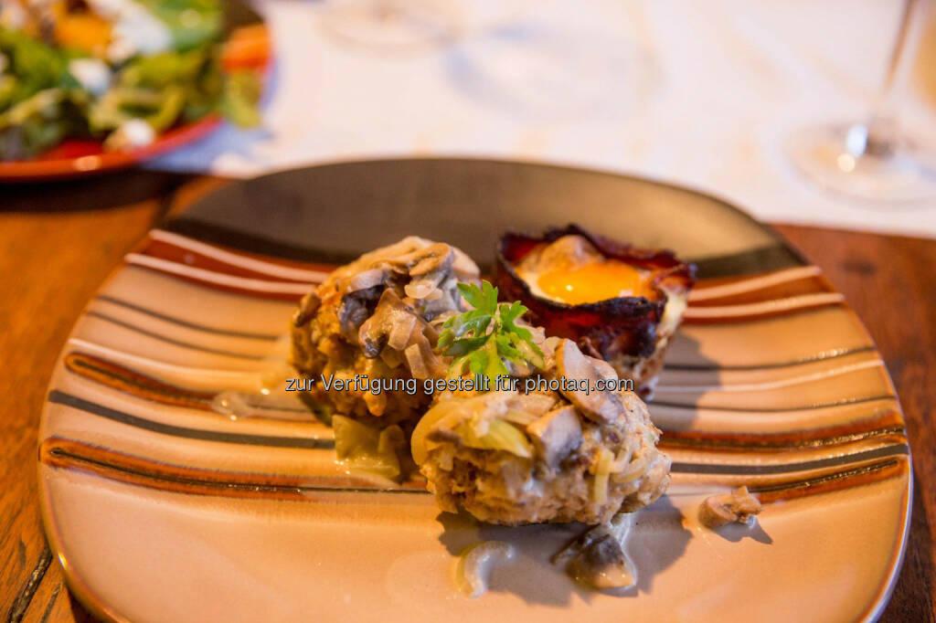 Serviettenknödel mit Pilzrahmsauce und Bacon-Egg-Muffin, &copy; <a href=
