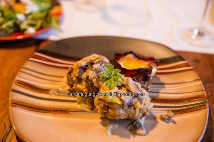 Serviettenknödel mit Pilzrahmsauce und Bacon-Egg-Muffin